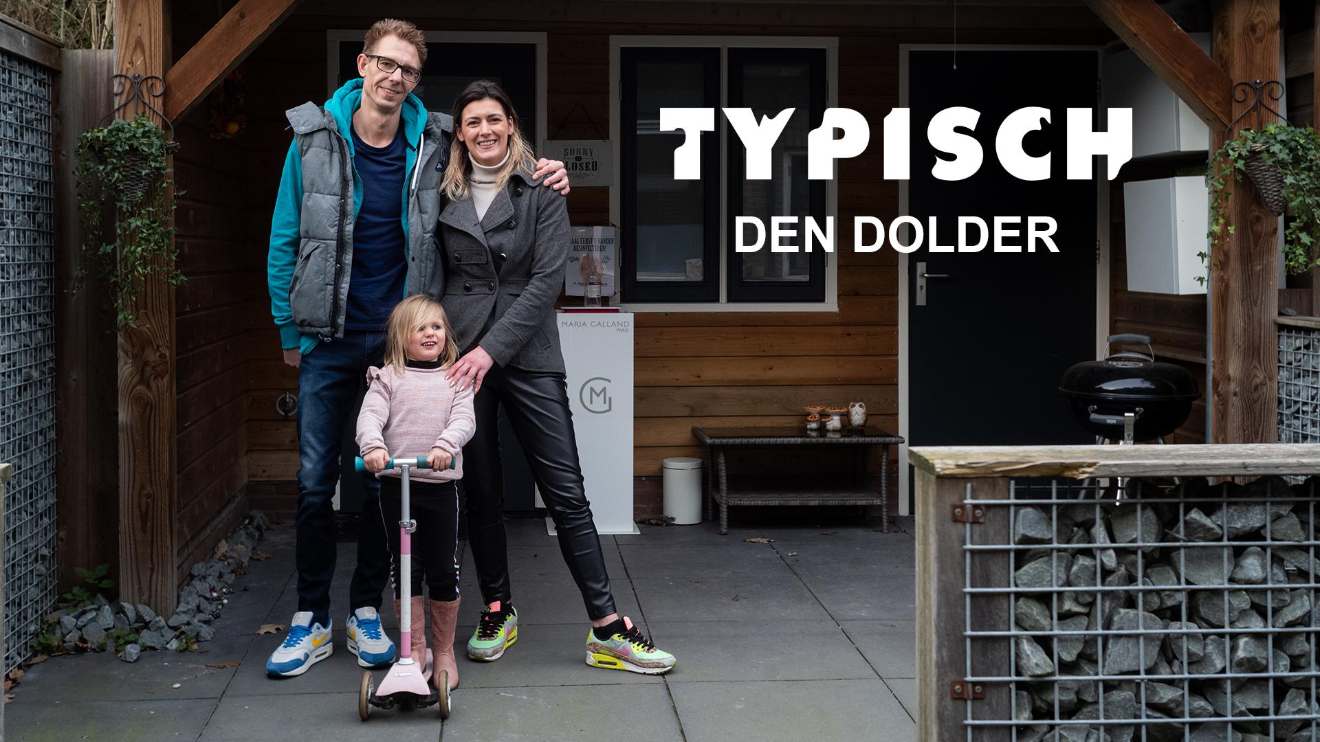 Typisch Den Dolder. Yolanda staat met haar man en dochtertje in de tuin.