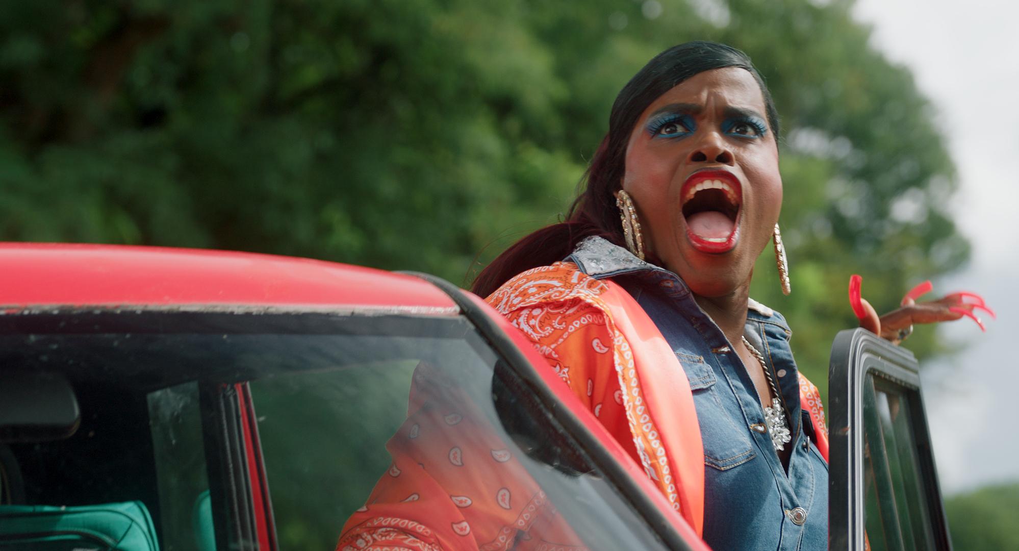 Judeska stapt met een verbaasde blik op haar opgemaakte gezicht uit de auto.