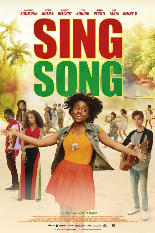 Sing Song. Een meisje met fleurige kleding staat dansend voor toekijkende en dansende mensen in een zonnige omgeving met een rivier en palmbomen. Een jongen staat erachter met een akoestische gitaar.