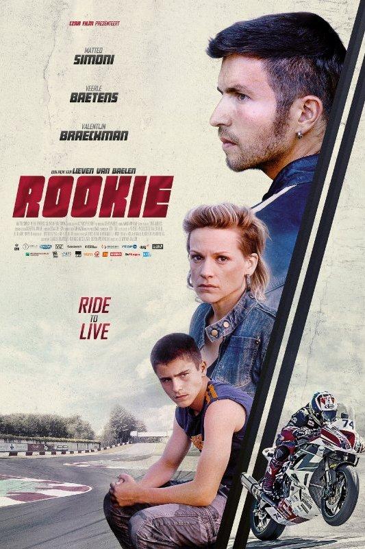 Rookie. Ride to live. Drie jonge mensen kijken serieus. Een motorrijder schiet weg.