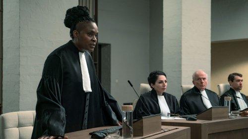 Een donkere, vrouwelijke rechter spreekt in een microfoon.