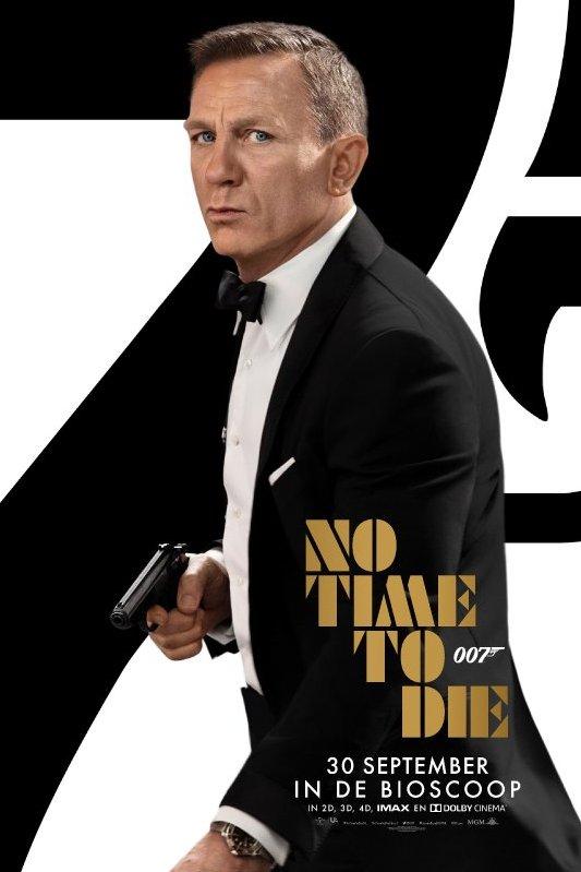 No Time To Die. 007. Daniel Craig als James Bond draagt een smoking en houdt een pistool vast.