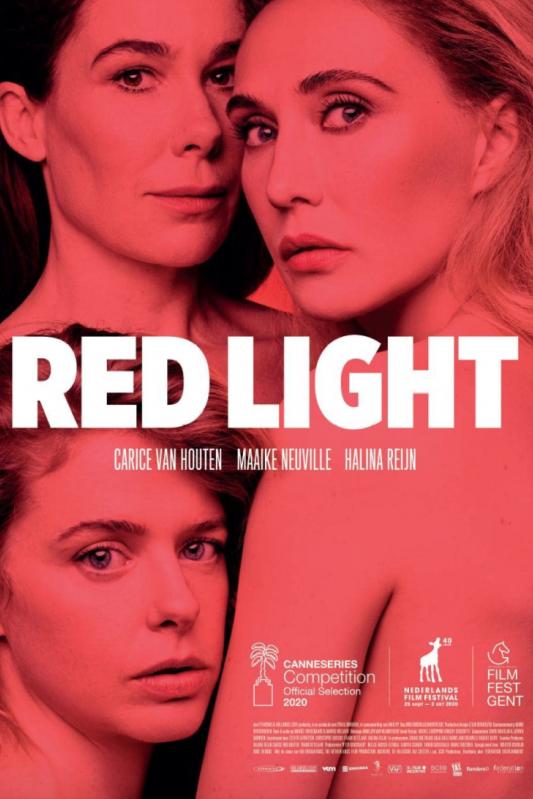 Red Light. Drie vrouwen staan dicht bij elkaar en kijken met serieuze gezichten voor zich uit.