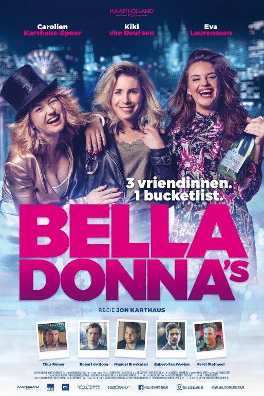 Bella Donna's. Drie jonge vrouwen staan lachend met een fles Champagne naast elkaar. Achter hen de skyline van een stad met hoge gebouwen en een reuzenrad.