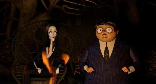 Morticia en Gomez Addams kijken verschrikt.