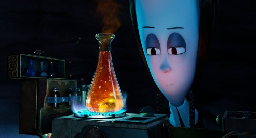 Wednesday Addams kijkt naar een rode drank die ze verwarmt in een erlenmeyer.