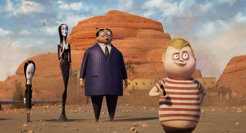 De Addams family staat in woestijn waar stukjes steen op de grond liggen. Pugsley staat vooraan met een ontsteker in zijn hand. De rest kijkt verschrikt toe.