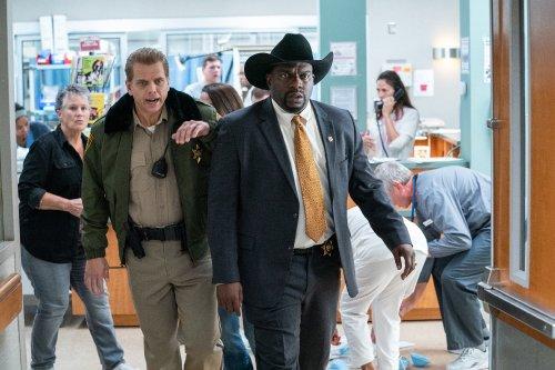 Een sheriff en een politieagent komen in actie.