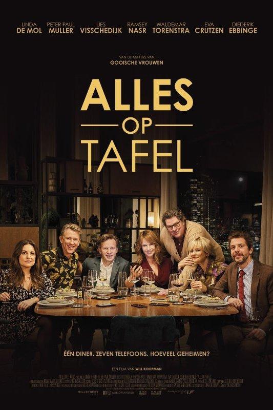 Alles op tafel. Een groep volwassenen zit aan tafel. Daaronder de tekst: Eén diner, zeven telefoons. Hoeveel geheimen?