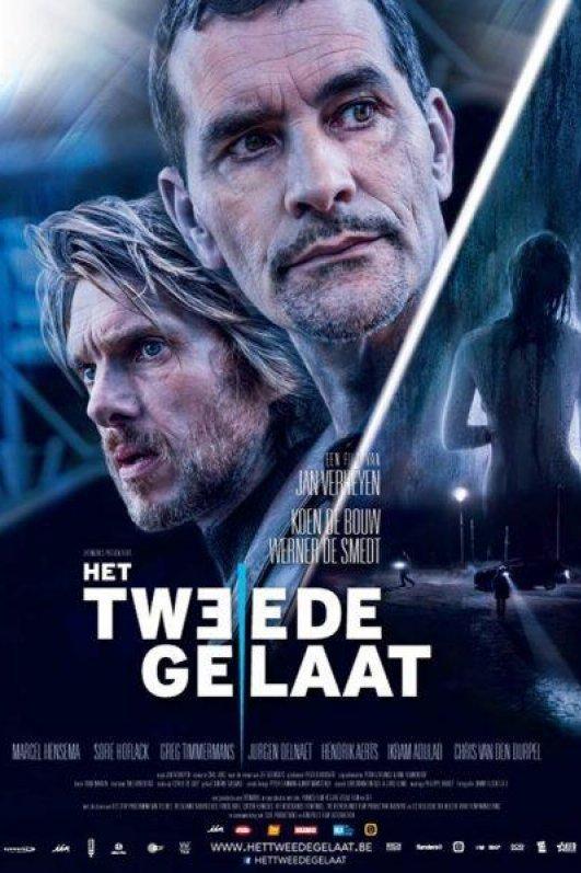 Het tweede gelaat. Een film van Jan Verheyen. De hoofden van commissarissen Vincke en Verstuyft. Daarnaast een naakte vrouw in de regen en een donker terrein dat wordt doorzocht met zoeklichten.