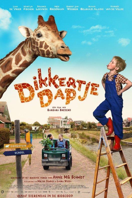 Dikkertje Dap. Dikkertje Dap staat op een houten trap en steekt zijn tong uit naar een giraffe.
