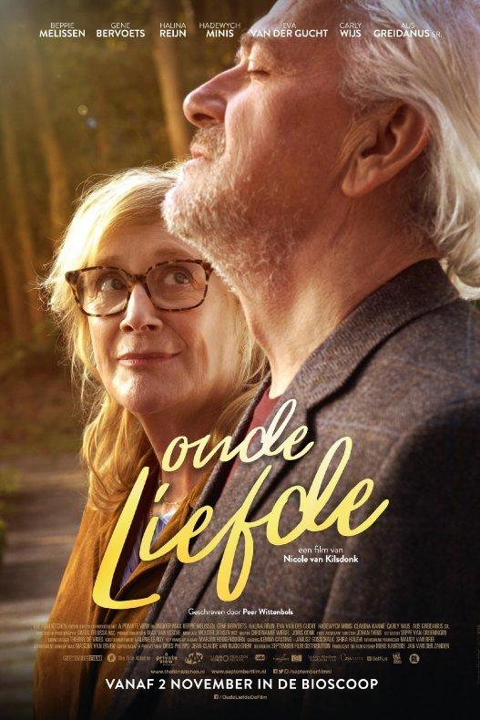 Oude liefde. Een oudere dame kijkt verliefd een oudere man aan die met zijn ogen dicht naar boven kijkt.