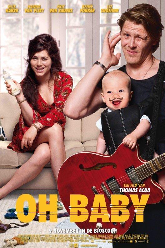 Oh Baby. Een man met een draagzak met baby staat op de voorgrond met een gitaar om. De moeder zit in de achtergrond met een fles melk in de hand.