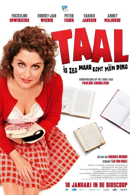 Taal is zeg maar echt mijn ding. Een vrouw met donker krullend haar en gekleed in een rood geruit jurkje met bijpassend rood vest heeft boeken op schoot en kijk omhoog.