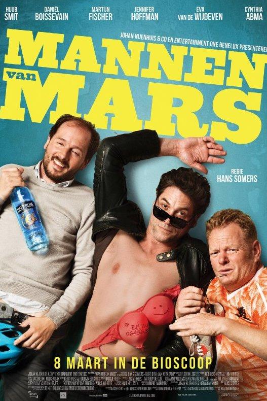 Mannen van Mars. Drie mannen liggen op een turquoise ondergrond.  man heeft een ontbloot bovenlijf.