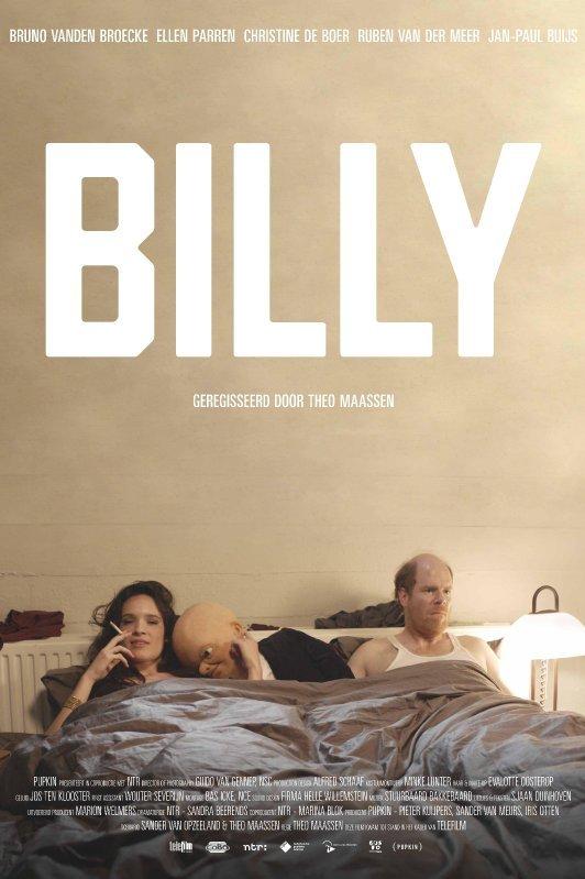 Billy. Geregisseerd door Theo Maassen. Een man en vrouw liggen in bed. Tussen hen in ligt een pop. De pop ligt tegen de vrouw aan die gelukzalig een sigaret rookt. De man kijkt wezenloos voor zich uit.