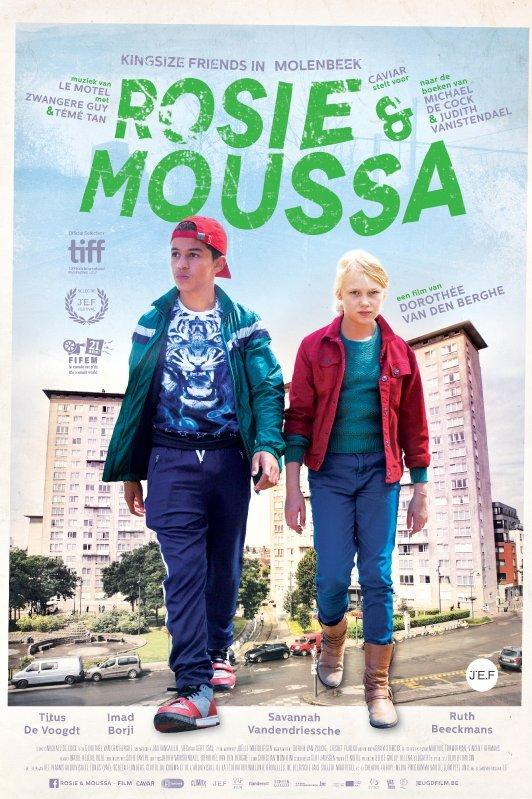 Rosie & Moussa. Rosie en Moussa lopen gigantisch uitvergroot over een straat voor een flatgebouw.