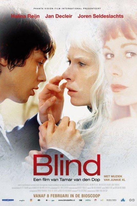 Blind. Een jonge raakt met zijn vingers het gezicht van een vrouw met witte haren.