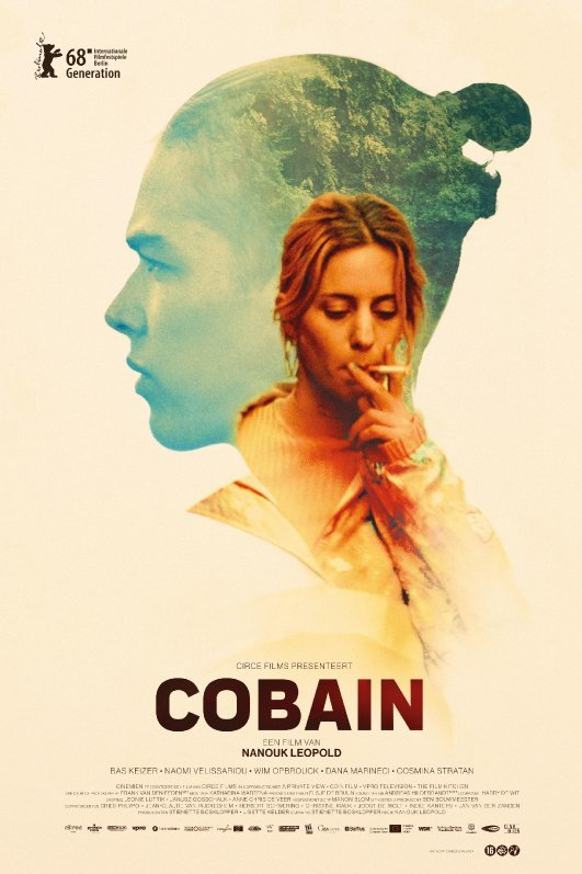 Cobain. De silhouet van Cobain met daarin bos. Daarvoor staat zijn moeder die een hijs neemt van een sigaret.