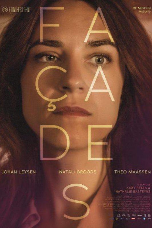 Facades.  Een vrouw kijkt bedenkelijk voor zich uit met daaroverheen de letters die de titel van de film vormen.