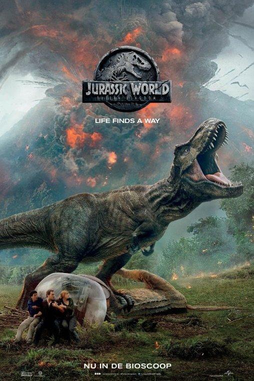 Jurassic World, Fallen Kingdom. Life finds a way. Drie mensen houden zich schuil voor een enorme T-Rex die vlak achter hen een andere dinosaurus op de grond gedrukt houdt. In de verte spuwt een vulkaan as en lava.