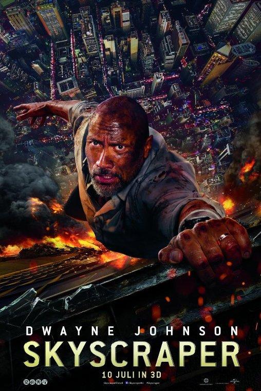 Skyscraper. Dwayne Jonhson. 10 juli in 3D. Een man houdt zich op duizelingwekkende hoogte vast aan de buitenzijde van een wolkenkrabber. Onder hem slaan de vlammen uit het gebouw.