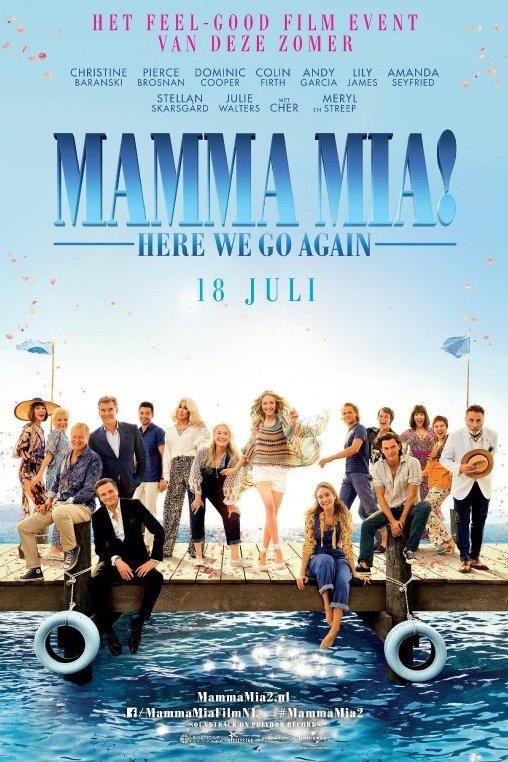 Mamma Mia! Here We Go Again. 18 juli. Het feel-good film event van deze zomer. Op een aanlegsteiger staan en zitten alle personages uit de film.