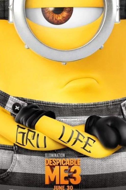 Despicable Me 3. Een boos kijkende minion met één oog staat met zijn armen over elkaar. Op zijn armen is de tekst Gru Life getatoeëerd.