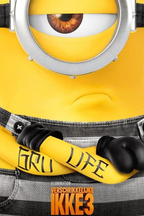 Verschrikkelijke Ikke 3. Een boos kijkende minion met één oog staat met zijn armen over elkaar. Op zijn armen is de tekst Gru Life getatoeëerd.