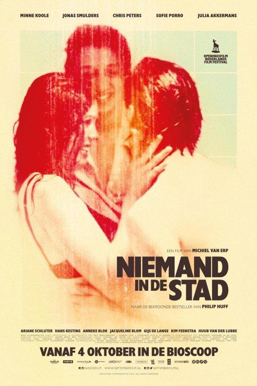 Niemand in de stad. Een film van Michiel van Erp naar de bekroonde bestseller van Philip Huff. Twee jongens en een meisje staan onder de douche en kijken elkaar aan.