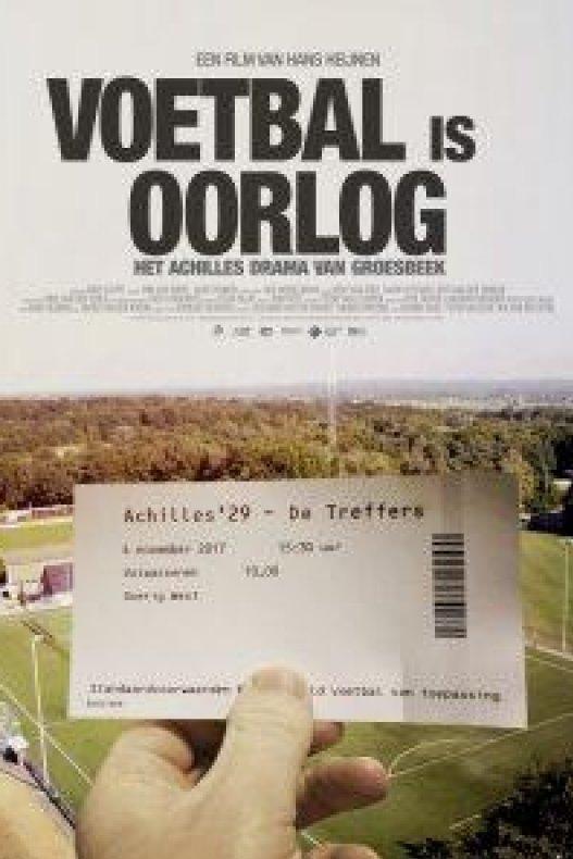 Voetbal is oorlog. Het Achilles drama van Groesbeek. Een hand houdt een voetbalticket omhoog met daarop: Achilles '29 tegen De Treffers.