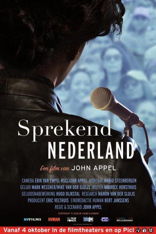 Sprekend Nederland. Rug van een persoon achter een microfoon.