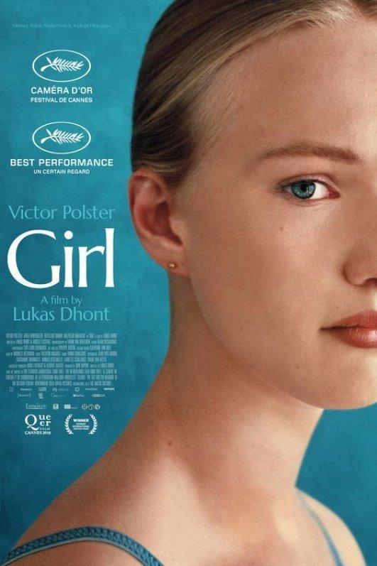Girl. Een blond meisje kijkt de camera in.