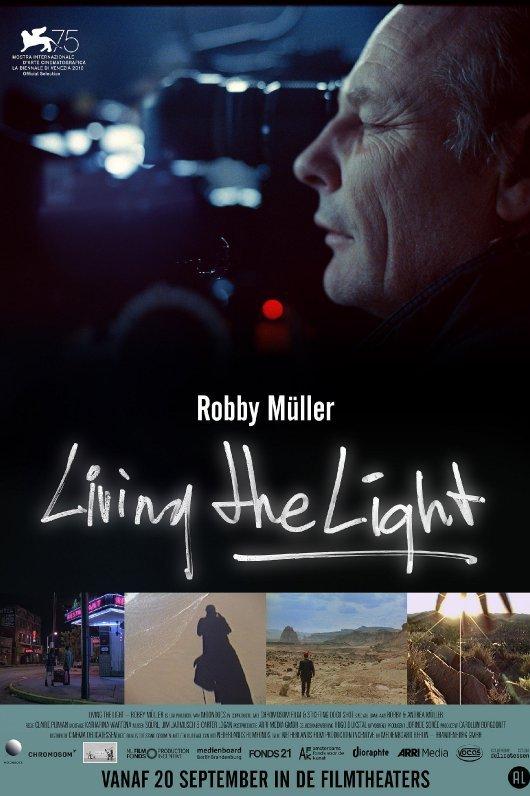 Living The Light. Robby Müller. De zijkant van het gezicht van een filmende man met één oog dichtgeknepen.