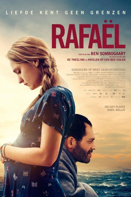 Rafael. Liefde kent geen grenzen. Een zwangere blonde vrouw en een lichtgetinte man staan voor een golvende zee.