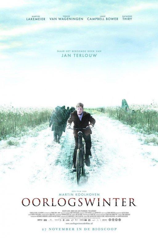 Filmposter Oorlogswinter. Een jongen fietst over een besneeuwde weg. Achter hem marcheren soldaten.