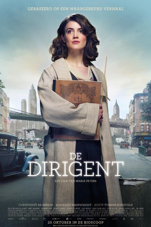 De Dirigent. Een jonge vrouw met bruin haar en blozende wangen staat, met een koffer in haar hand, op een straat. In haar hand heeft ze een boek en een dirigeerstok.
