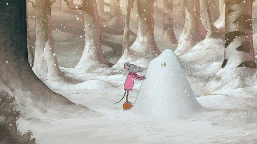 Paddy staat op haar tenen bij een hoop sneeuw waar iemand onder zit.