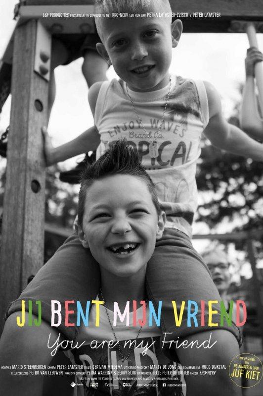 Jij bent mijn vriend. Twee lachende jongetjes, de één zit bij de ander op zijn schouders.