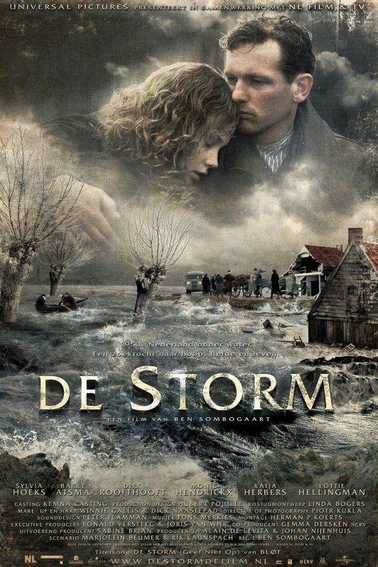 De Storm. Een man omarmt een vrouw met daaronder een landschap overstroomt door water.