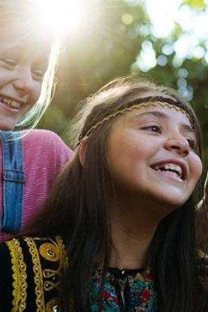 Twee vrolijk lachende meisjes.