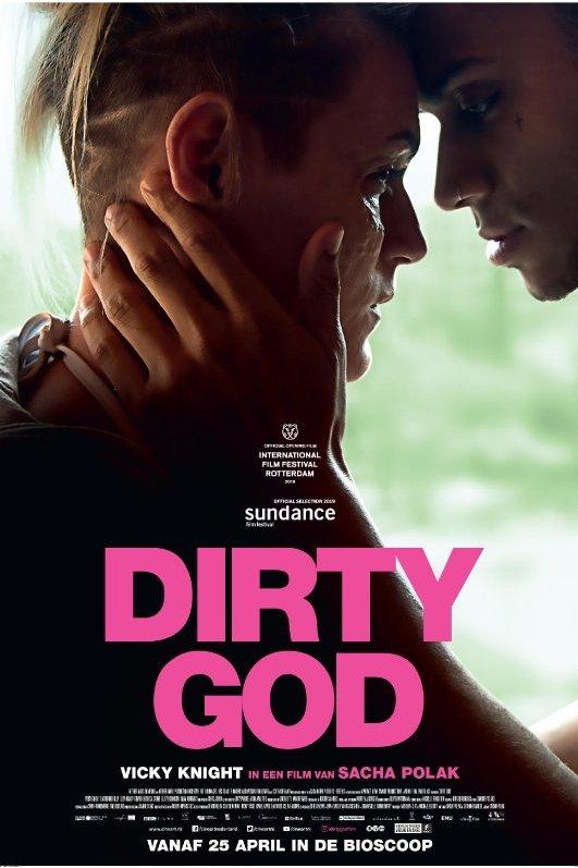 Dirty God. Een vrouw en een man met hun voorhoofd tegen elkaar, de man houdt haar gezicht liefdevol vast.