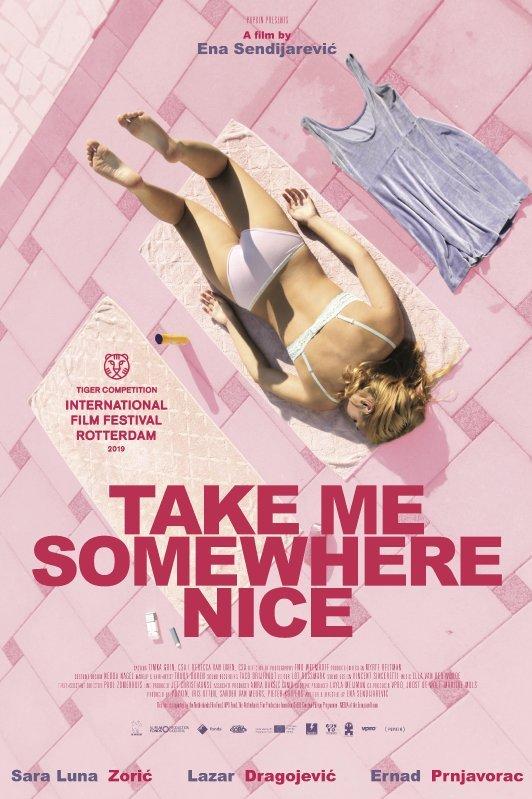 Take Me Somewhere Nice. Een meisje in bikini ligt op haar buik op een handdoek op een roze tegelvloer.