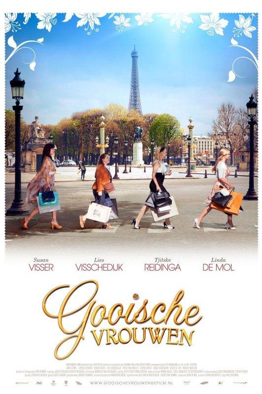 Vier vrouwen lopen achter elkaar over een zebrapad in Parijs. Op de achtergrond de Eiffeltoren. Onderaan staat in sierlijke gouden letters: Gooische Vrouwen