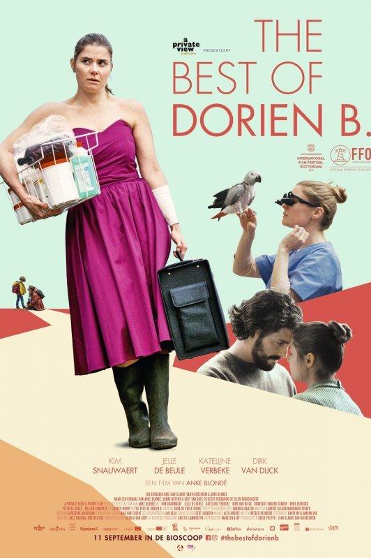 The Best of Dorien B. Een moeilijk kijkende vrouw in een roze galajurk met kaplaarzen eronder draagt een mandje onder haar arm en een zwarte koffer in haar hand.