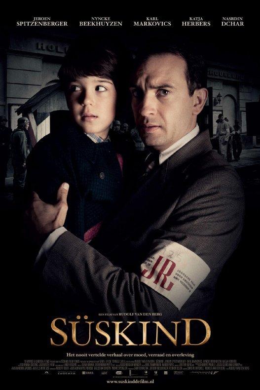 Süskind. Een man in grijs pak en met bezorgde blik houdt een jongen op zijn arm. Achter hen staan Duitse soldaten.