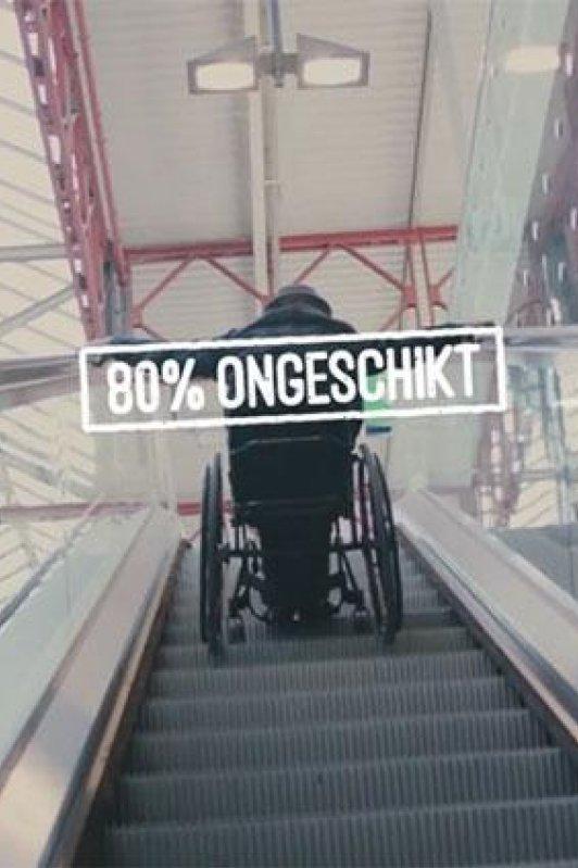 80% Ongeschikt. Een persoon in een rolstoel staat op een omhooggaande roltrap.