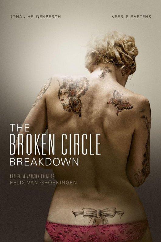 The Broken Circle Breakdown. Een film van Felix van Groeningen. De ontblote rug van een blonde vrouw met tatoeages. Op haar schouderbladen zijn vlinders afgebeeld en net boven haar billen een gestrikt lint.