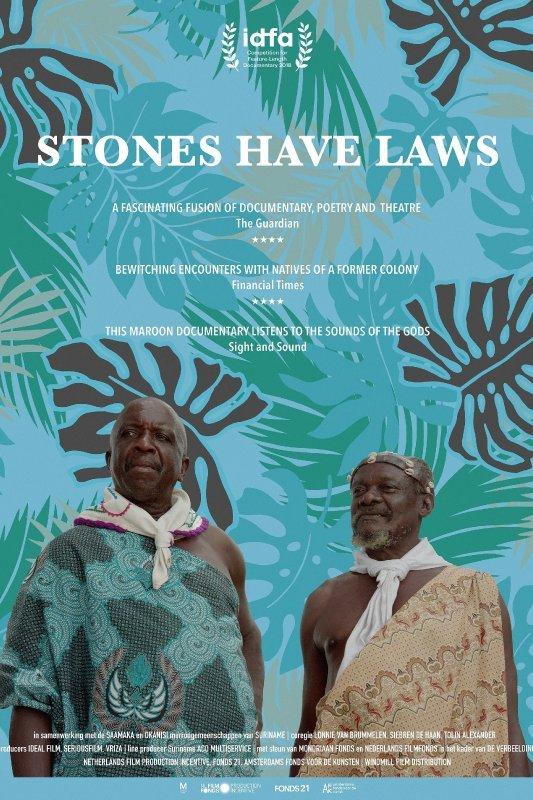 Stones have Laws. Twee mannen in Afrikaanse gewaden kijken naar een punt uit beeld.