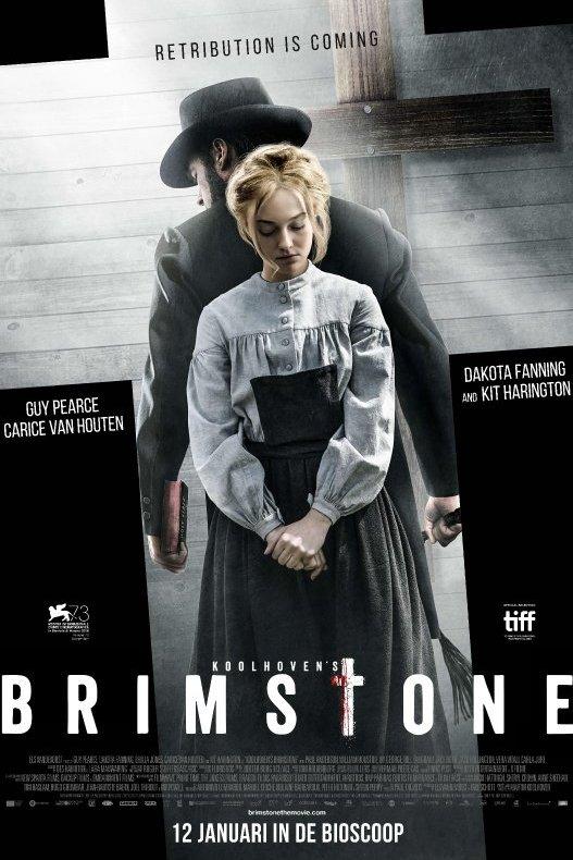Brimstone. Een blonde vrouw en man met zwarte hoed staan ruggelings tegen elkaar. Achter hen staat een houten kruis.